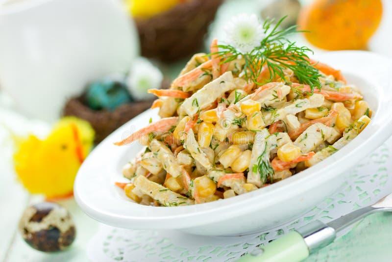 Salada do aperitivo da Páscoa com milho, cenoura, presunto imagens de stock