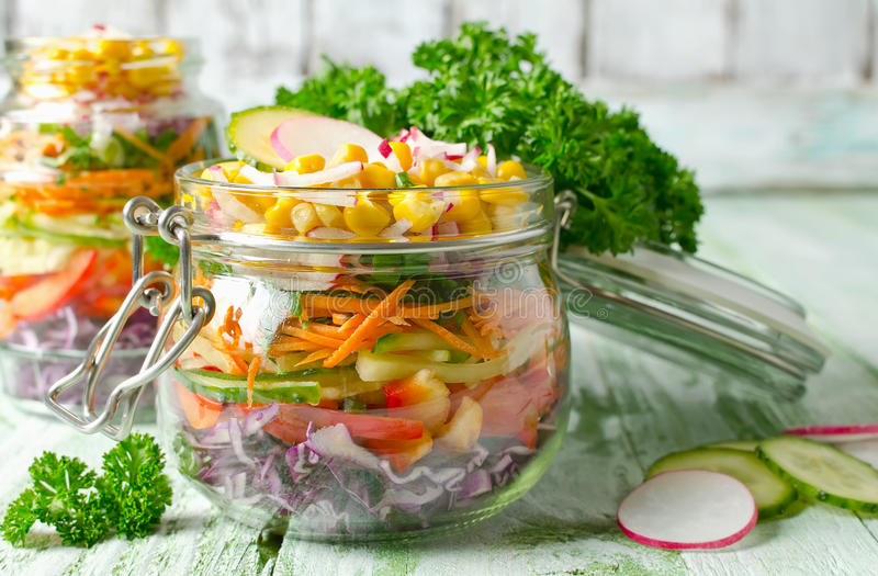 Salada do arco-íris do vegetariano em um frasco de vidro para o piquenique do verão imagem de stock