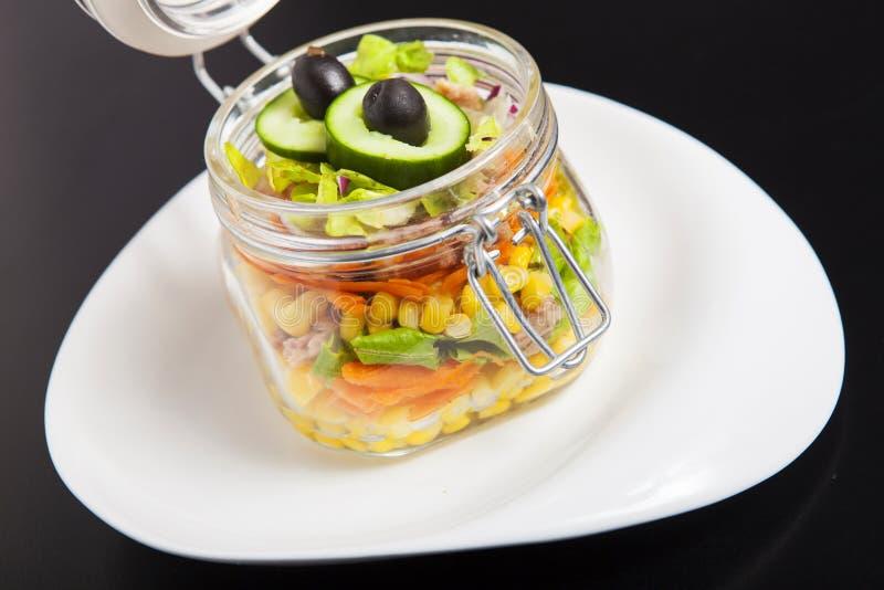 Salada do arco-íris do vegetariano em um frasco de vidro para o piquenique do verão tendência fotos de stock