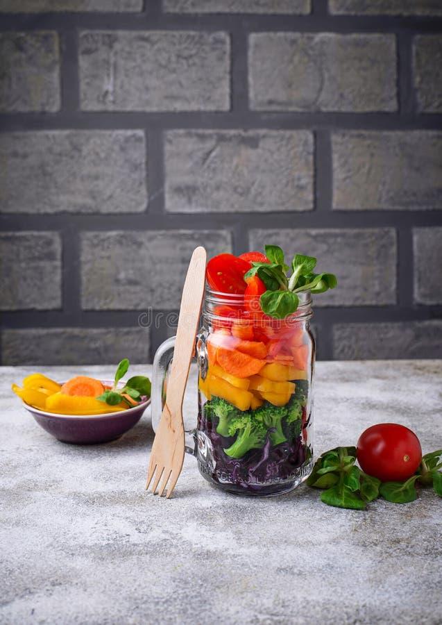 Salada do arco-íris do vegetariano em um frasco de vidro fotografia de stock royalty free