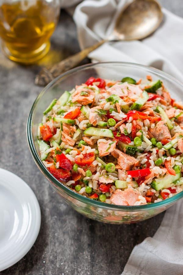 Salada do arroz com salmões, pepinos, ervilhas e pimenta de sino, foto de stock royalty free