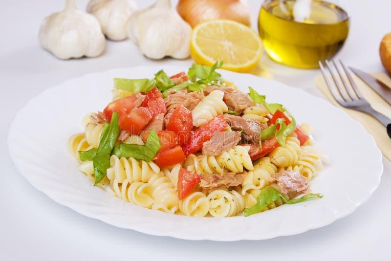 Salada do atum e de massa imagem de stock royalty free