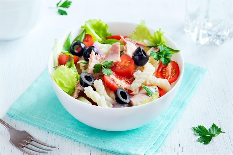 Salada do atum e de massa imagens de stock