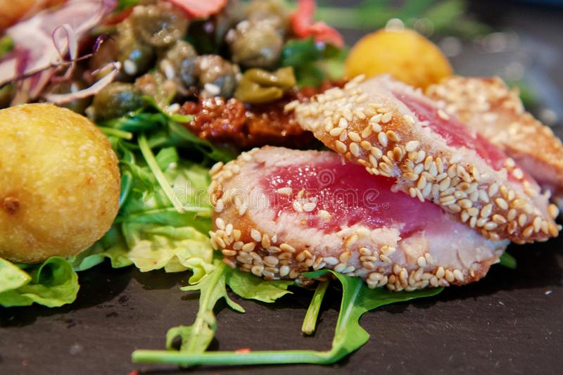 Salada do atum no sésamo imagens de stock royalty free