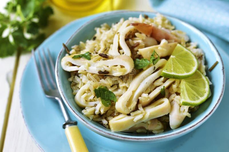 Salada do Calamari com arroz selvagem e integral foto de stock royalty free