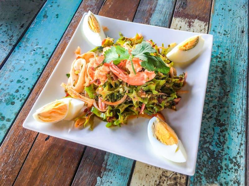 Salada do camarão do feijão de asa na tabela de madeira, alimento tailandês fotografia de stock royalty free