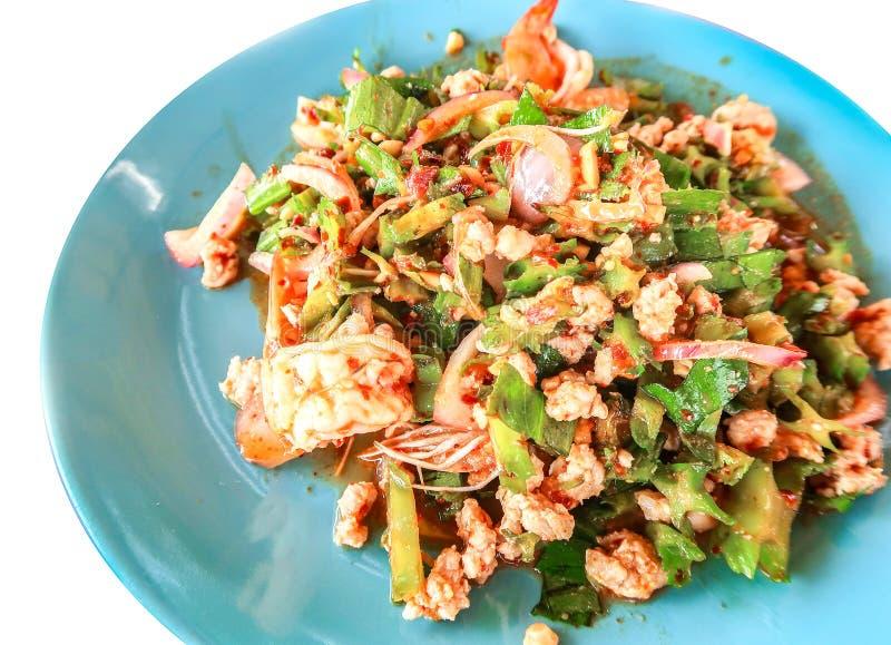Salada do camarão do feijão de asa na tabela de madeira, alimento tailandês fotos de stock