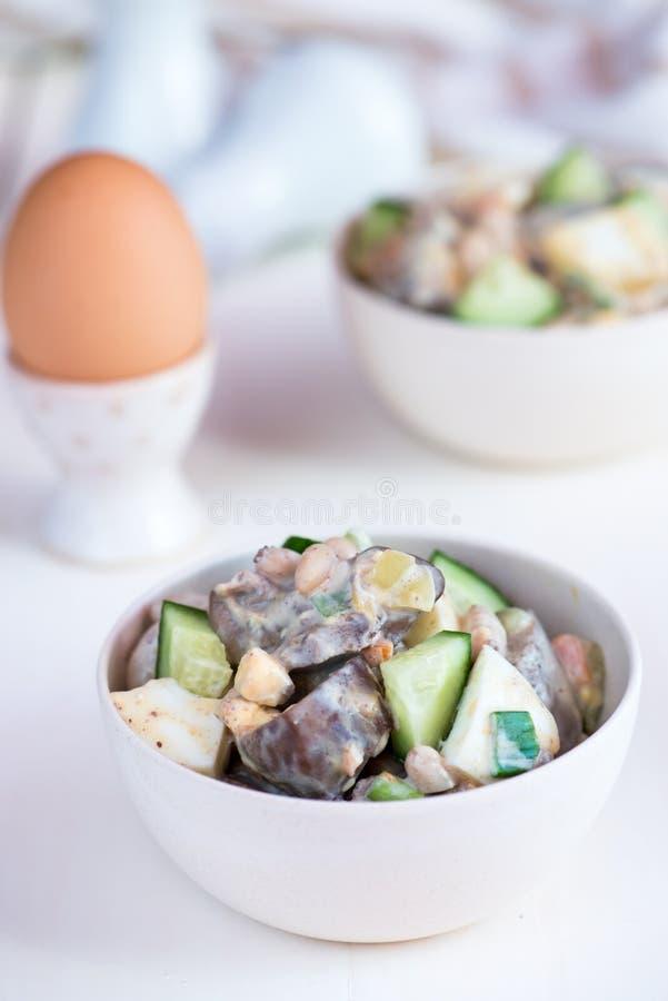 Salada do fígado com pepinos e ovos fotos de stock royalty free