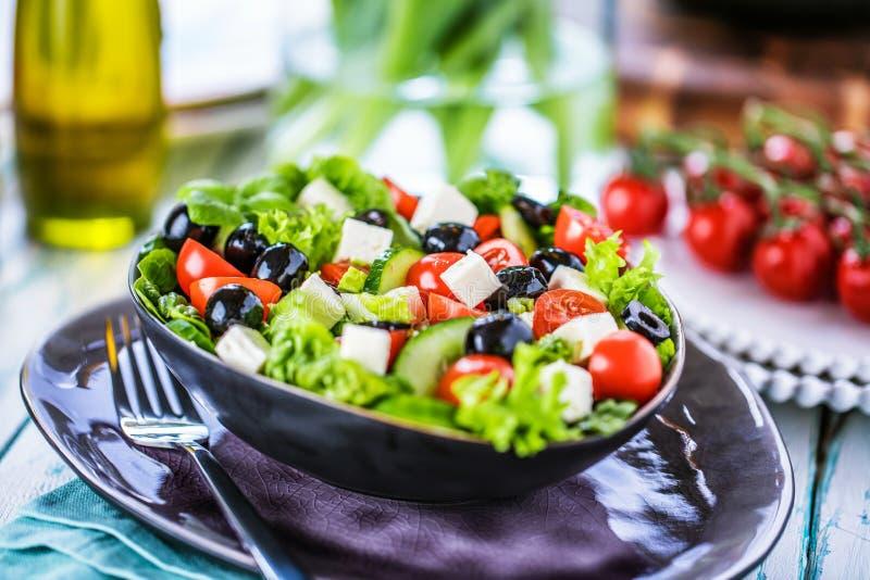 Salada do grego dos legumes frescos Alimento saudável no fundo de madeira foto de stock