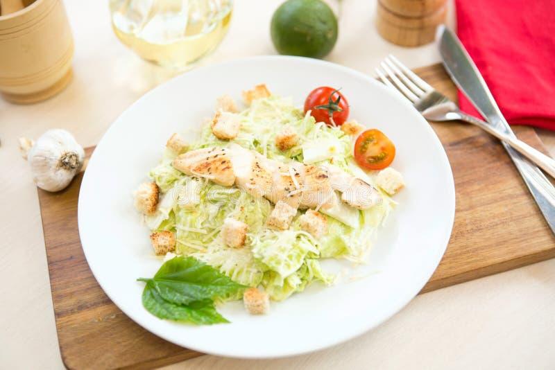 Salada do legume fresco com peito de frango grelhado - os tomates, os pepinos, o rabanete e a alface da mistura saem Salada de ga imagens de stock royalty free