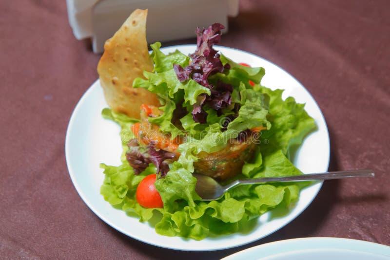 Salada do legume fresco com tomates e alface Salada do legume fresco na placa Salada vegetal com alface fresca, tomates fotos de stock royalty free