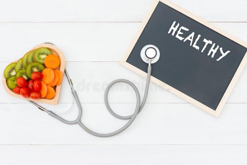 Salada do legume fresco e alimento saudável no coração da forma foto de stock royalty free
