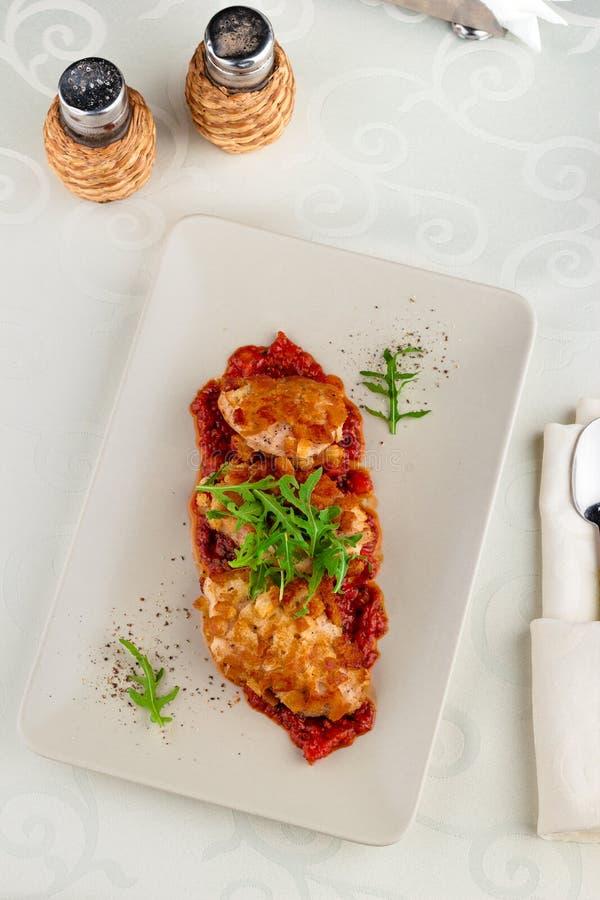 Salada do legume fresco e peito de frango panado na placa branca sobre o fundo branco Vista superior, configuração lisa, fim acim fotografia de stock