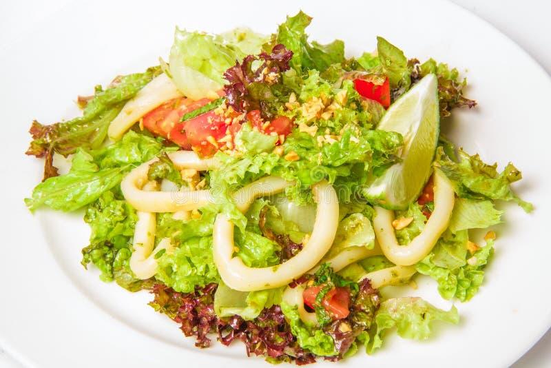 Salada do marisco com anéis do Calamari imagem de stock