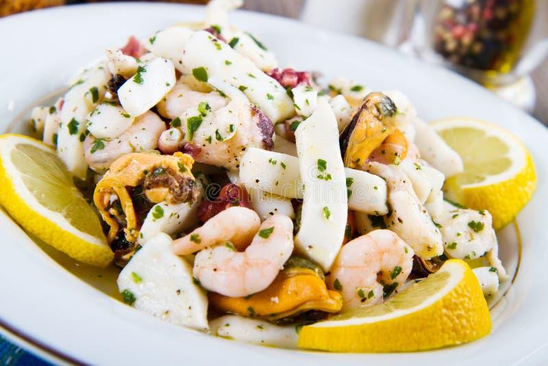 A salada do marisco com camarões, mexilhões, calamares, polvo decorou wi fotografia de stock