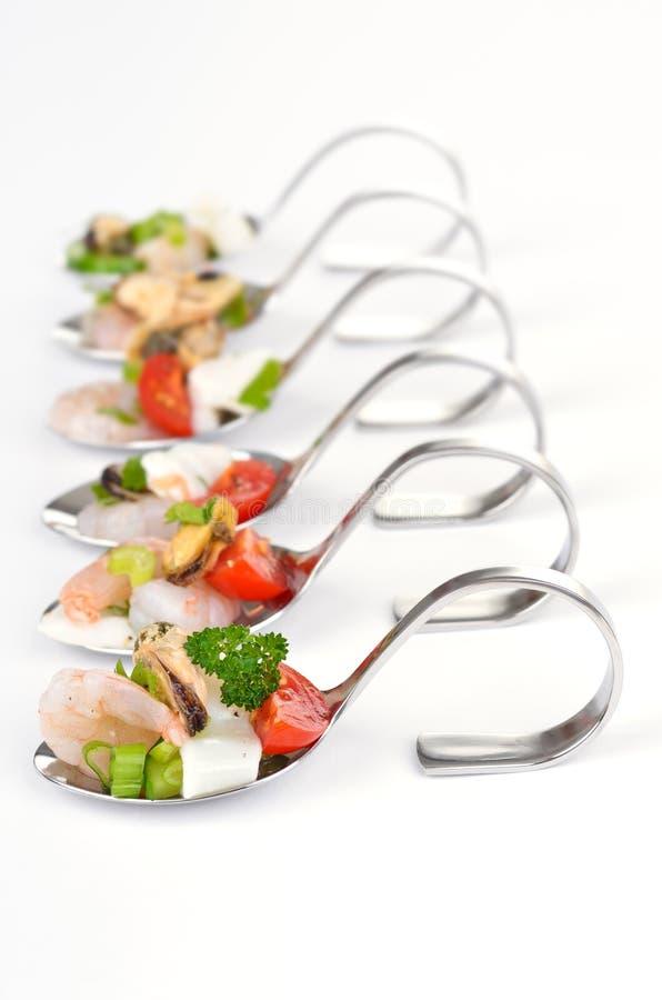 Salada do marisco na colher imagem de stock royalty free