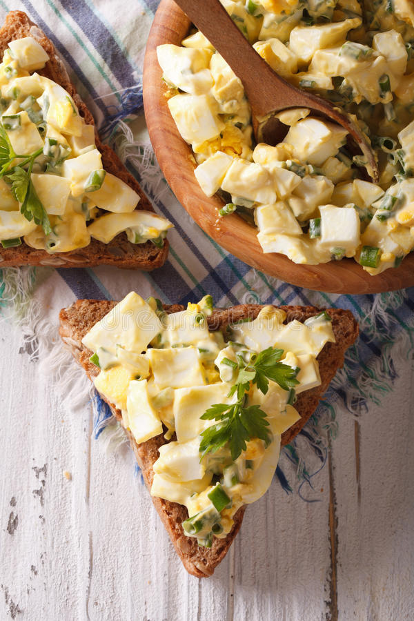 Salada do ovo com close-up das cebolas Vista superior vertical foto de stock