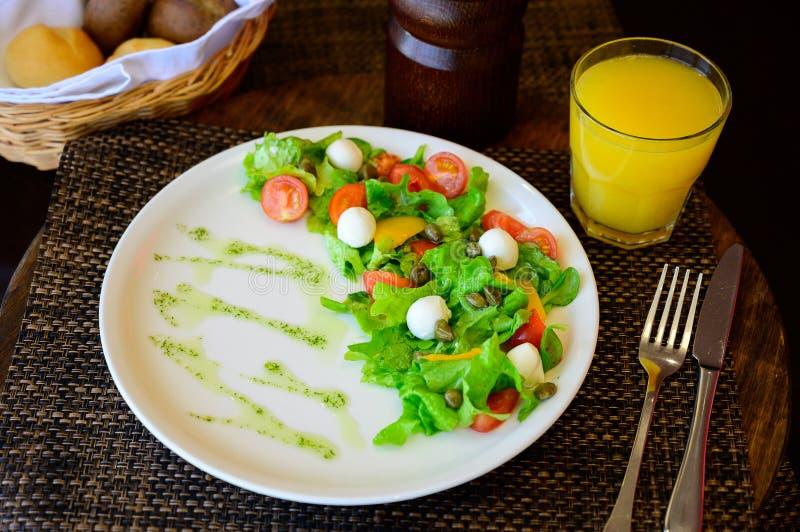 Salada do ovo de codorniz com alface e tomates em uma placa foto de stock royalty free