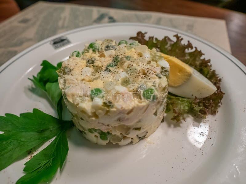 Salada do ovo no prato branco fotografia de stock royalty free