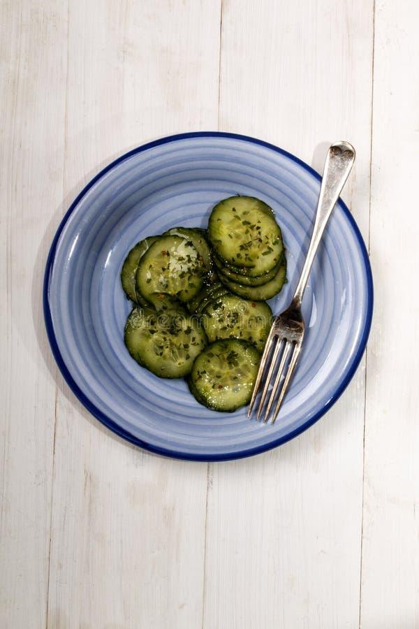 Salada do pepino com vinagre e salsa secada imagens de stock royalty free