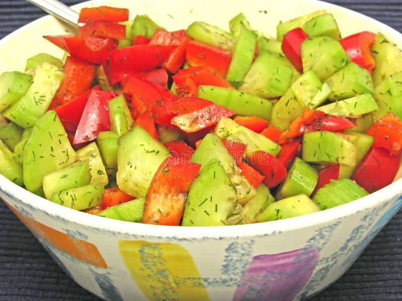Salada do pepino e da pimenta vermelha fotografia de stock