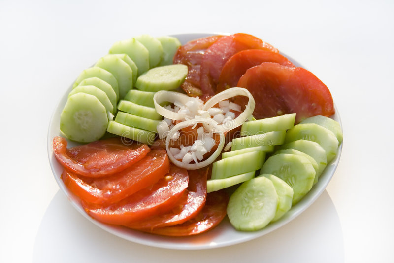 Salada do pepino e do tomate com anéis de cebola imagem de stock