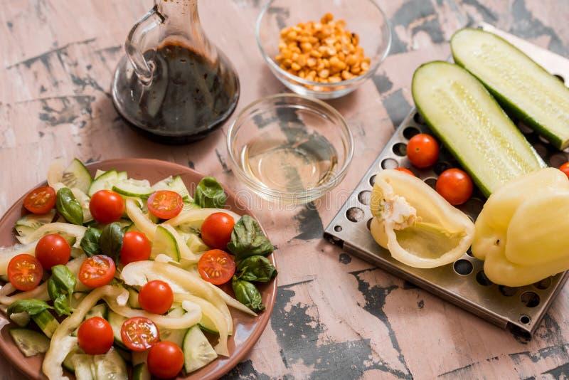 Salada do pepino e do tomate (o nome indiano é Ketchumbar) foto de stock
