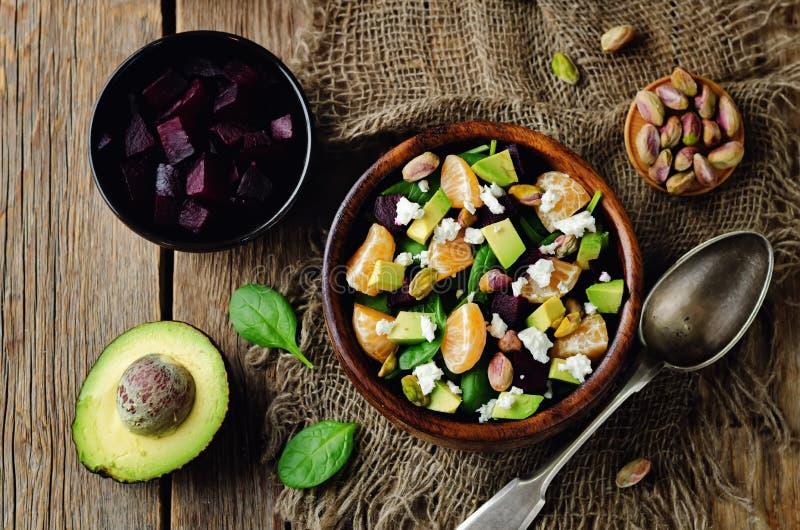 Salada do pistache do feta da beterraba do mandarino dos espinafres foto de stock royalty free