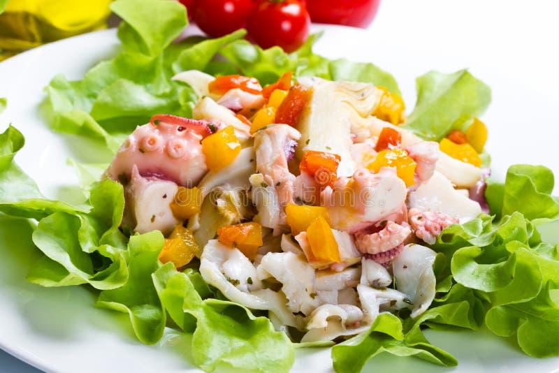 Salada do polvo com alcachofra fotos de stock