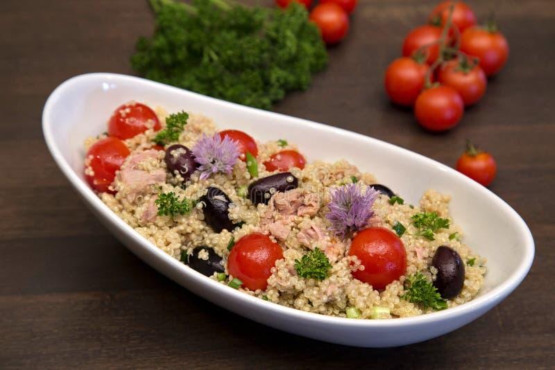 Salada do Quinoa com atum, tomates e azeitonas foto de stock