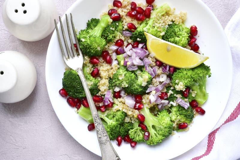 Salada do Quinoa com brócolis, a cebola vermelha e a romã Vista superior imagens de stock royalty free