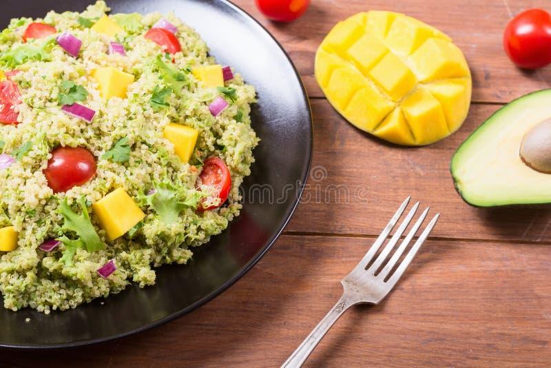 Salada do Quinoa com guacamole fotografia de stock royalty free