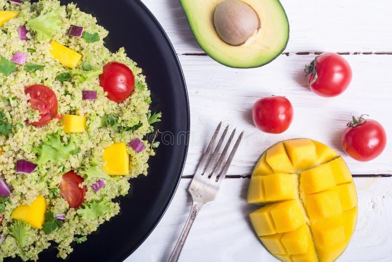Salada do Quinoa com guacamole foto de stock