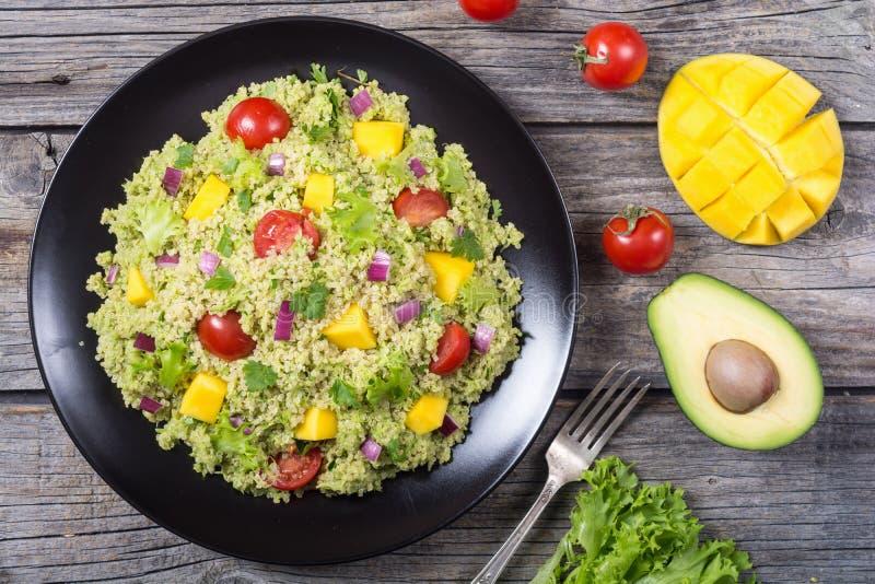 Salada do Quinoa com guacamole imagem de stock