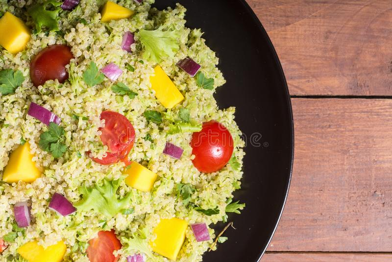 Salada do Quinoa com guacamole imagens de stock
