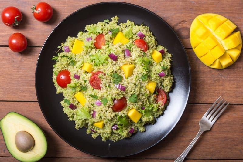 Salada do Quinoa com guacamole fotografia de stock