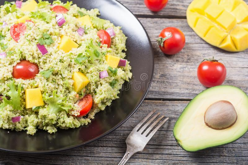Salada do Quinoa com guacamole imagens de stock royalty free