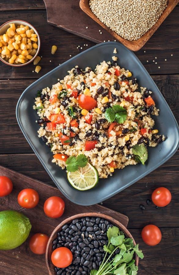 Salada do quinoa do feijão preto acima imagens de stock