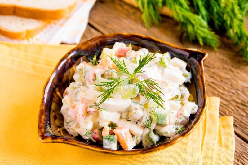 Salada do russo mais olivier fotos de stock