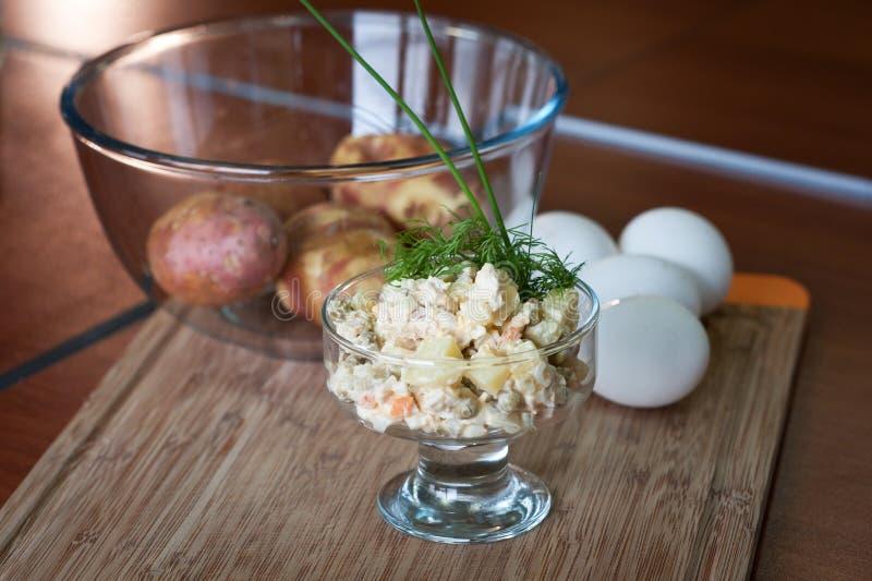 Salada do russo mais olivier foto de stock