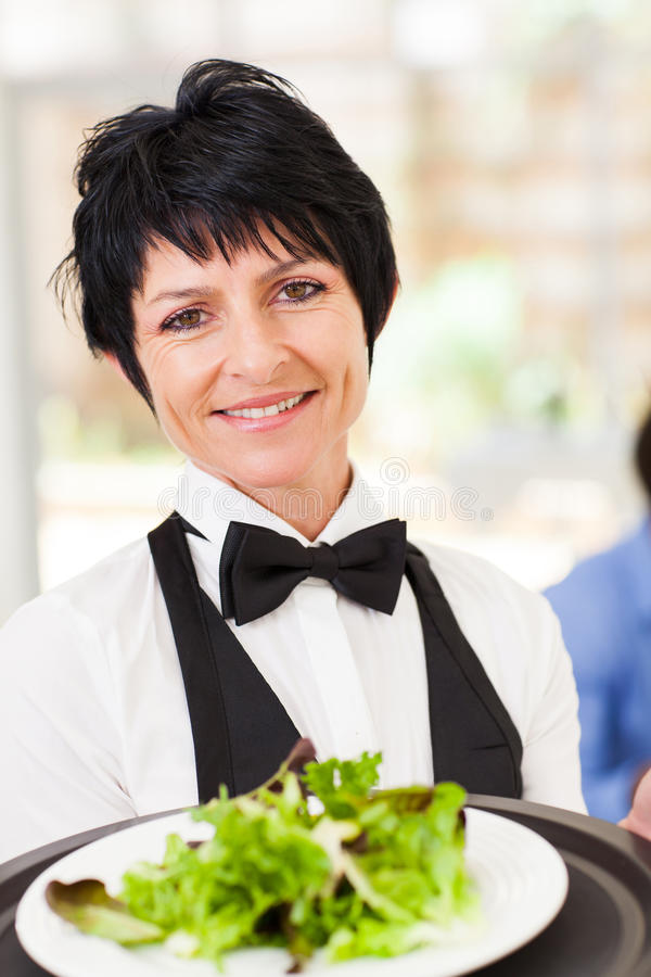 Salada do serviço da empregada de mesa foto de stock royalty free