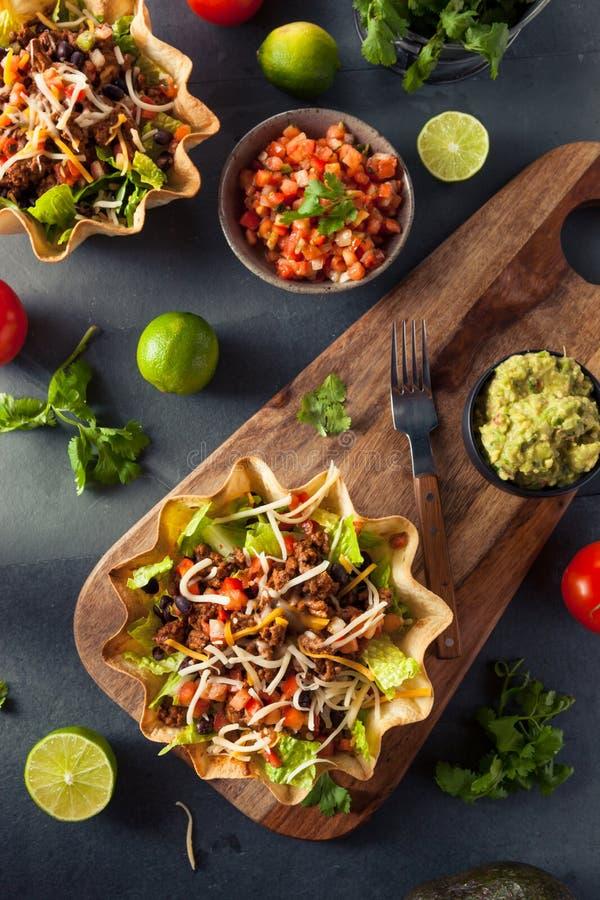 Salada do taco em uma bacia da tortilha fotos de stock