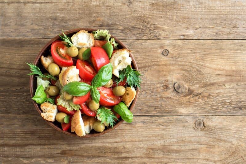 Salada do tomate de Panzanella fotografia de stock royalty free