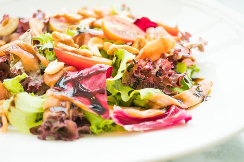 Salada do tomate e do vegetal com carne do salmão fumado foto de stock royalty free