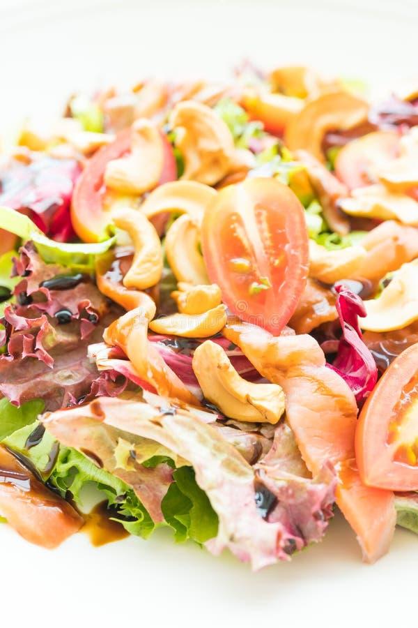 Salada do tomate e do vegetal com carne do salmão fumado fotos de stock royalty free
