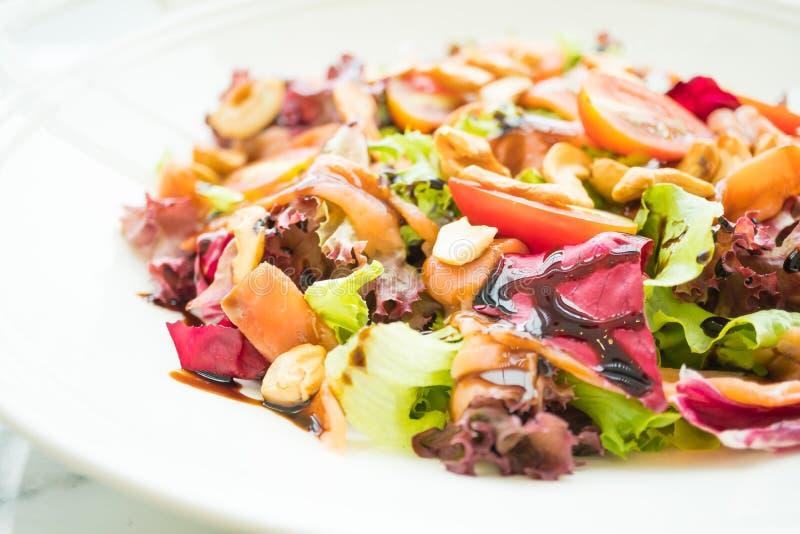 Salada do tomate e do vegetal com carne do salmão fumado imagens de stock