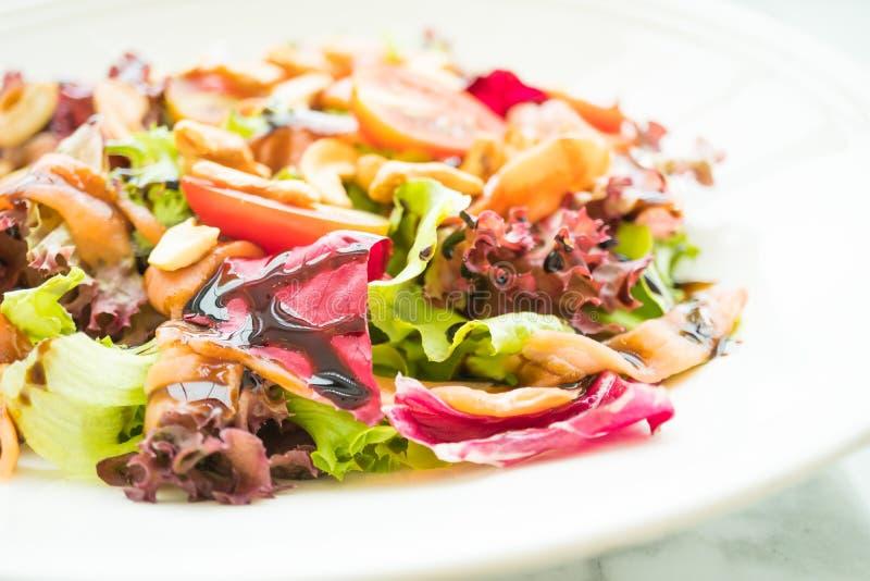Salada do tomate e do vegetal com carne do salmão fumado fotos de stock