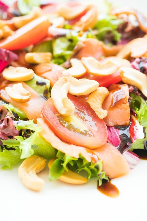 Salada do tomate e do vegetal com carne do salmão fumado imagem de stock royalty free
