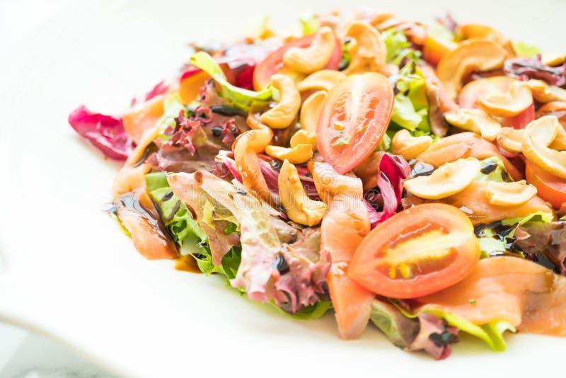 Salada do tomate e do vegetal com carne do salmão fumado imagens de stock royalty free