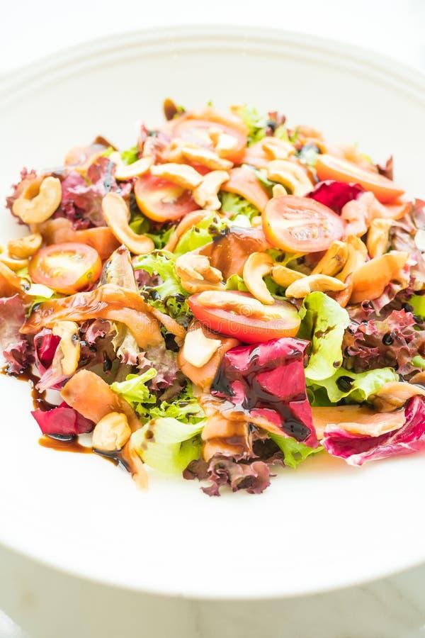 Salada do tomate e do vegetal com carne do salmão fumado imagem de stock